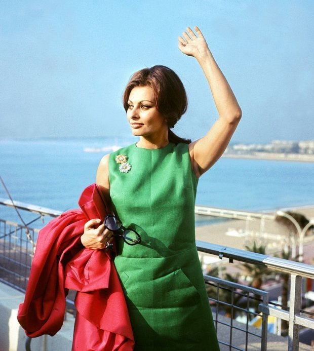 Sophia-Loren-waved-crowd-while-Cannes-back-1964