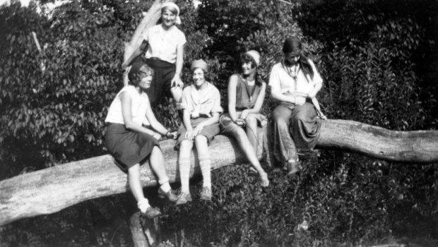 Frauen auf Bäumen/